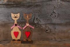 Δύο βαλεντίνοι αγαπούν τις ξύλινες μορφές γατών με την κόκκινη διακόσμηση καρδιών Στοκ Φωτογραφίες