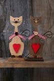 Δύο βαλεντίνοι αγαπούν τις ξύλινες μορφές γατών με την κόκκινη διακόσμηση καρδιών Στοκ Φωτογραφία