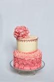 Δύο βαλμένο σε στρώσεις κέικ γενεθλίων ροζ και κρέμας Στοκ εικόνες με δικαίωμα ελεύθερης χρήσης
