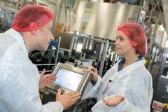 Δύο βιομηχανικοί εργάτες στη διαφωνία Στοκ Φωτογραφίες