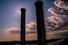 Δύο βιομηχανικοί πύργοι Στοκ φωτογραφίες με δικαίωμα ελεύθερης χρήσης