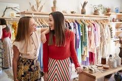 Δύο βοηθοί πωλήσεων θηλυκών που εργάζονται στο ανεξάρτητο κατάστημα ιματισμού και δώρων στοκ εικόνες με δικαίωμα ελεύθερης χρήσης