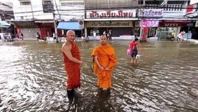 Δύο βουδιστικοί μοναχοί στην πλημμύρα φιλμ μικρού μήκους