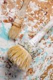 Δύο βούρτσες σε μια ινόπλακα που λεκιάζουν με το χρώμα Κάθετη όψη Στοκ Φωτογραφία