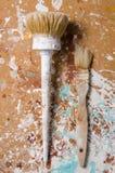 Δύο βούρτσες σε μια ινόπλακα που λεκιάζουν με το χρώμα Κάθετη όψη Στοκ εικόνα με δικαίωμα ελεύθερης χρήσης