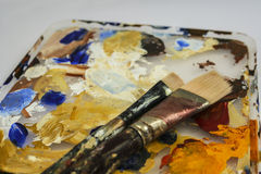 Δύο βούρτσες χρωμάτων στη βρώμικη παλέτα Στοκ φωτογραφίες με δικαίωμα ελεύθερης χρήσης