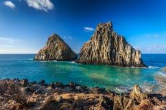 Δύο βράχοι αδελφών, τοπίο του τεράστιου βράχου κοντά στην παραλία στο Fernando de Noronha Στοκ Φωτογραφία