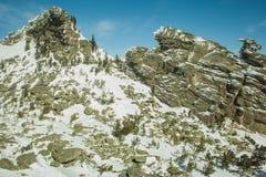 Δύο βράχοι που καλύπτονται με το χιόνι Στοκ Εικόνες
