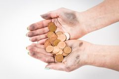 Δύο βρώμικα χέρια που απομονώνονται στα άσπρα νομίσματα εκμετάλλευσης υποβάθρου Στοκ φωτογραφία με δικαίωμα ελεύθερης χρήσης