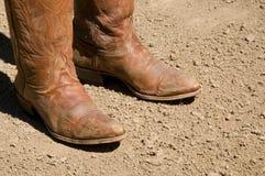 Δύο βρώμικες δυτικές μπότες κάουμποϋ που στέκονται στο έδαφος ρύπου Στοκ εικόνες με δικαίωμα ελεύθερης χρήσης