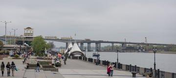 Δύο γέφυρες, κατασκευή νέου και επισκευή παλαιά Οι πολίτες περπατούν το ο Στοκ Εικόνες