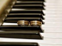 Δύο γαμήλια δαχτυλίδια στο πιάνο Στοκ Φωτογραφίες