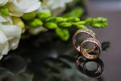 Δύο γαμήλια δαχτυλίδια στο σημάδι απείρου άνδρας αγάπης φιλιών έννοιας στη γυναίκα Στοκ Φωτογραφία
