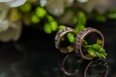 Δύο γαμήλια δαχτυλίδια στο σημάδι απείρου άνδρας αγάπης φιλιών έννοιας στη γυναίκα Στοκ εικόνες με δικαίωμα ελεύθερης χρήσης