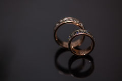 Δύο γαμήλια δαχτυλίδια στο σημάδι απείρου άνδρας αγάπης φιλιών έννοιας στη γυναίκα Στοκ εικόνα με δικαίωμα ελεύθερης χρήσης