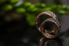 Δύο γαμήλια δαχτυλίδια στο σημάδι απείρου άνδρας αγάπης φιλιών έννοιας στη γυναίκα Στοκ Εικόνα