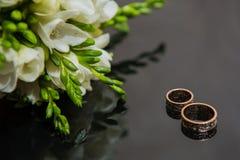 Δύο γαμήλια δαχτυλίδια στο σημάδι απείρου άνδρας αγάπης φιλιών έννοιας στη γυναίκα Στοκ Εικόνες