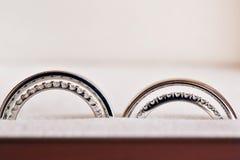 Δύο γαμήλια δαχτυλίδια στο σημάδι απείρου άνδρας αγάπης φιλιών έννοιας στη γυναίκα ο γάμος δύο διδύμων αδελφών Στοκ φωτογραφίες με δικαίωμα ελεύθερης χρήσης