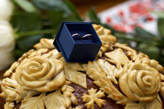 Δύο γαμήλια δαχτυλίδια στο συμπαθητικό μπλε κιβώτιο με το μπλε βελούδο Στοκ Φωτογραφίες