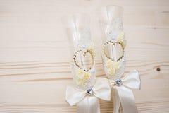 Δύο γαμήλια γυαλιά με Rhinestones κλείνουν επάνω Στοκ εικόνες με δικαίωμα ελεύθερης χρήσης