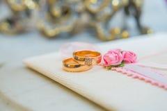 Δύο γαμήλια χρυσά δαχτυλίδια με τα διαμάντια Στοκ Φωτογραφίες