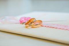 Δύο γαμήλια χρυσά δαχτυλίδια με τα διαμάντια Στοκ φωτογραφία με δικαίωμα ελεύθερης χρήσης