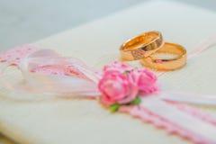 Δύο γαμήλια χρυσά δαχτυλίδια με τα διαμάντια Στοκ εικόνα με δικαίωμα ελεύθερης χρήσης