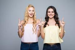 Δύο γελώντας δύο φίλοι κοριτσιών Δύο γυναίκες φίλων έδειξαν επάνω στο άσπρο υπόβαθρο Στοκ Φωτογραφία