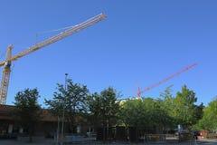 Δύο γερανοί κατασκευής στο υπόβαθρο μπλε ουρανού Στοκ φωτογραφίες με δικαίωμα ελεύθερης χρήσης