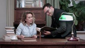 Δύο γελώντας ερευνητές που συζητούν το πρόγραμμά τους στη χαλαρή ατμόσφαιρα απόθεμα βίντεο