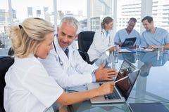 Δύο γιατροί με ένα lap-top Στοκ Φωτογραφίες