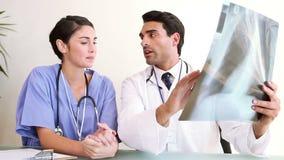 Δύο γιατροί που εξετάζουν μια ακτίνα X φιλμ μικρού μήκους