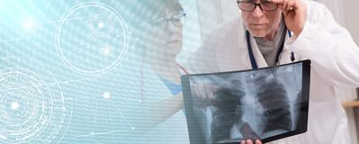 Δύο γιατροί που εξετάζουν την των ακτίνων X έκθεση  πολλαπλάσια έκθεση στοκ εικόνα με δικαίωμα ελεύθερης χρήσης