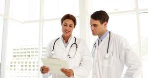 Δύο γιατροί που μιλούν για ένα αρχείο απόθεμα βίντεο