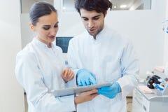 Δύο γιατροί ως ομάδα που εξετάζει τα στοιχεία υπολογιστών ταμπλετών Στοκ εικόνες με δικαίωμα ελεύθερης χρήσης