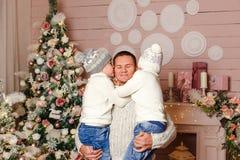 Δύο γιοι αγκαλιάζουν και φιλούν τον πατέρα τους στα Χριστούγεννα Άνθρωποι και Χριστούγεννα Ευτυχές άτομο που κρατά δύο παιδιά στοκ εικόνες