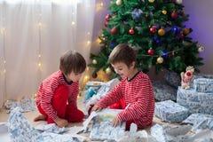 Δύο γλυκά αγόρια, άνοιγμα παρουσιάζουν στη ημέρα των Χριστουγέννων Στοκ εικόνα με δικαίωμα ελεύθερης χρήσης