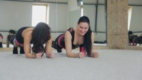 Δύο γοητευτικές γυναίκες κάνουν τις ασκήσεις στην κατηγορία χορού απόθεμα βίντεο
