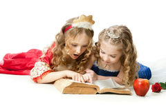 Δύο γοητευτικές μικρές πριγκήπισσες που διαβάζουν το μαγικό βιβλίο Στοκ φωτογραφίες με δικαίωμα ελεύθερης χρήσης