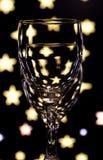 Δύο γυαλιά για το κρασί, το ένα μετά το άλλο με ένα χρωματισμένο υπόβαθρο Στοκ φωτογραφία με δικαίωμα ελεύθερης χρήσης
