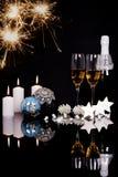 Δύο γυαλιά με τις διακοσμήσεις σαμπάνιας, μπουκαλιών και Χριστουγέννων στοκ φωτογραφίες με δικαίωμα ελεύθερης χρήσης