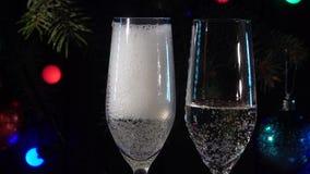 Δύο γυαλιά που χύνονται τη σαμπάνια στην εορταστική ατμόσφαιρα κίνηση αργή κλείστε επάνω φιλμ μικρού μήκους