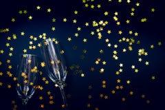 Δύο γυαλιά σαμπάνιας με το αστέρι ψεκάζουν στο Μαύρο Διακοπές και Στοκ Εικόνα