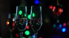 Δύο γυαλιά του συνόλου σαμπάνιας του νέου έτους κλείστε επάνω απόθεμα βίντεο