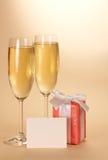 Δύο γυαλιά κρασιού, ένα κιβώτιο δώρων με την κενή κάρτα Στοκ Εικόνες