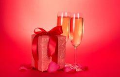 Δύο γυαλιά κρασιού και κιβώτιο δώρων με το τόξο Στοκ φωτογραφία με δικαίωμα ελεύθερης χρήσης