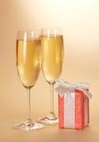 Δύο γυαλιά κρασιού και κιβώτιο δώρων Στοκ Εικόνες