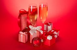 Δύο γυαλιά κρασιού, κιβώτια δώρων με τα τόξα Στοκ Εικόνες