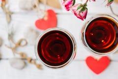 Δύο γυαλιά κρασιού με την καρδιά και την αγάπη επιστολών Στοκ εικόνα με δικαίωμα ελεύθερης χρήσης