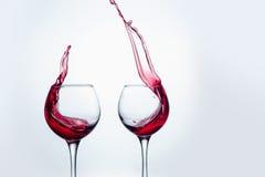 Δύο γυαλιά κρασιού στη χειρονομία ψησίματος με το μεγάλο ράντισμα Στοκ Εικόνα
